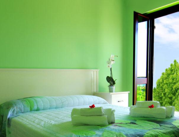 casa-tondina-camera-verde-con-vista